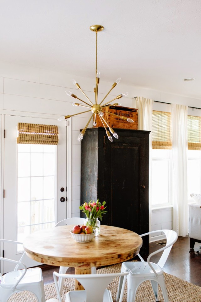 Sputnik chandelier over a kitchen table
