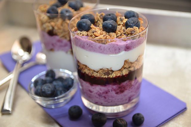 mixed berry and granola parfait